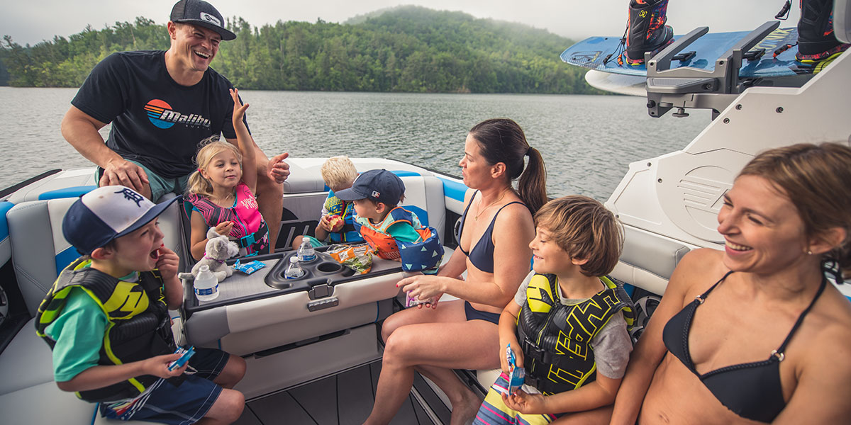 Malibu Boats Wakesetter 25 LSV as Top Product, Malibu Multi View Bench Seat as table
